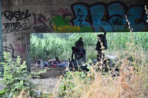 Ventimiglia: operazione di sgombero di Polizia e Municipale dei migranti sotto il cavalcavia di Roverino