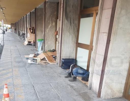 Ventimiglia: situazione in peggioramento per la presenza di migranti che dormono a terra vicino alla stazione (Foto)