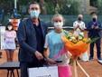 La vincitrice del singolare femminile Masa Viriant premiata da Stefano Gnutti, assessore allo sport della Città di Bordighera