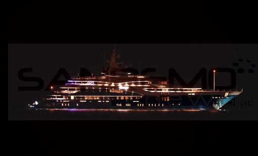 Sanremo: grande e lussuoso yacht si ferma di fronte a Pian di Nave, gettate le ancore per la notte (Foto)