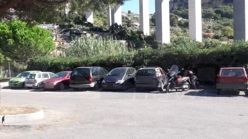 Vallecrosia: auto e moto abbandonate nella zona del cimitero, la protesta di un residente (Foto)