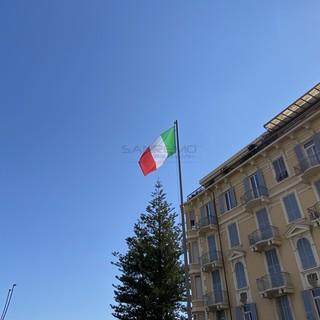 La nuova bandiera tricolore sul piazzale 'Guardia Costiera'