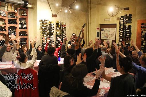 """Torna la """"Notte rossa Barbera"""": alla riscoperta della Piola piemontese per una serata di cibo, musica e tradizioni."""