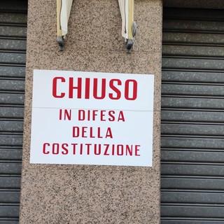 Il cartello esposto fuori dal negozio