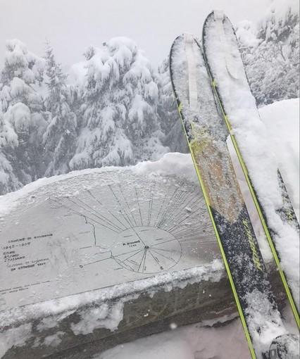 Sanremo: con le pelli sotto gli sci fino a monte Bignone, due amici sulla neve fresca di oggi (Foto e Video)