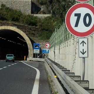 """Limiti di velocità sull'Aurelia Bis: un lettore """"Ok ai 70 tra San Martino e Arma ma gli 80 nel doppio senso?"""""""