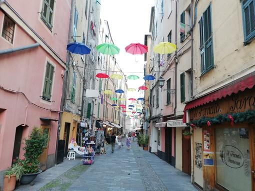 Per la prima volta anche a Sanremo gli 'ombrelli sospesi': in via De Benedetti originale iniziativa di street art (Foto)