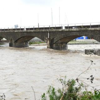 Allerta 'rossa': in provincia 28 tra sfollati ed evacuati, per tutta la notte i torrenti saranno osservati speciali. Preoccupa la mareggiata con onde oltre i 4,5 metri (Video)