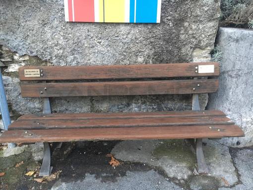 A Molini di Triora una panchina per ricordare l'amicizia tra Augusto Zucchetto e Adriana Lantrua, il regalo delle due famiglie al paese