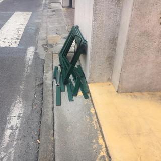 Imperia: per il vento cade una persiana in via Bonfante, intervento di Vigili del Fuoco e Polizia (Foto)