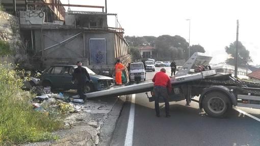 Sanremo: operazione di pulizia questa mattina alla discarica abusiva di via Padre Semeria (Foto)