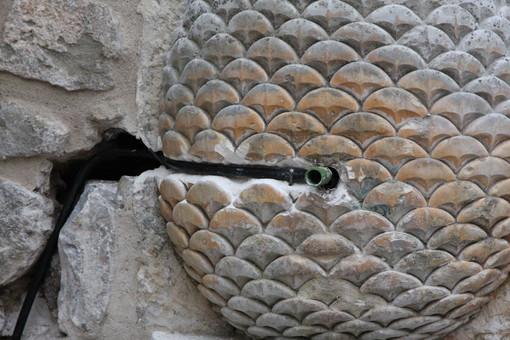 Sanremo: fontanella nel centro storico sfregiata, intervento dell'Accademia della Pigna