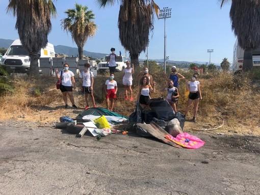 Sanremo: gruppo di turisti in villeggiatura organizzano una mattinata di pulizia nella zona di Pian di Poma (Foto e Video)