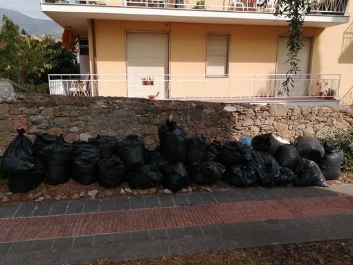 Sanremo: la nostra lettrice Paola Civardi pulisce il giardino di Villa Peppina insieme ad alcuni ragazzi di Arcigay