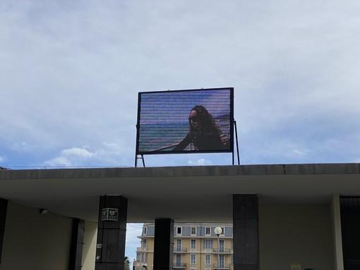 Il pannello di piazza Colombo trasmette il video promozionale di Sanremo