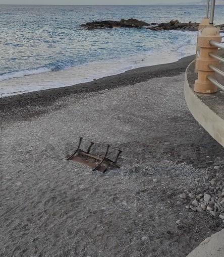 Bordighera: panchina 'lanciata' in spiaggia ma sono molti gli atti vandalici sul lungomare Argentina