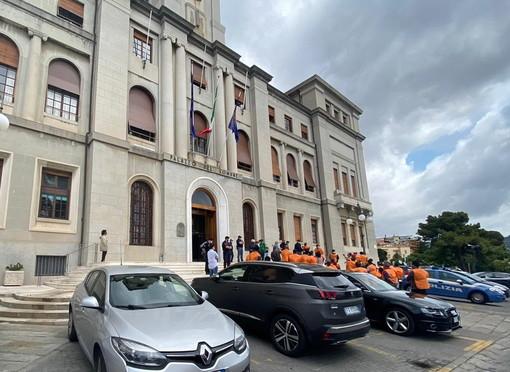 """Imperia: protesta dei 'Gilet arancioni' per il mercato di Oneglia, il Sindaco """"Si tratta di uno spostamento provvisorio"""" (Foto e Video)"""