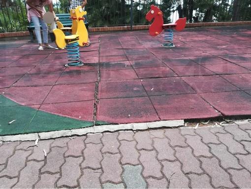 Ospedaletti: il nostro lettore Michele chiede al Comune la sistemazione della pavimentazione al parco giochi (Foto)