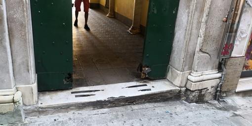 Sanremo: portone di palazzo Roverizio rovinato dal tempo, un pericolo per l'incolumità dei passanti (Foto)