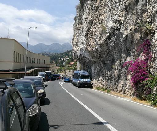 Ventimiglia: manifestazione dei 'No Borders' a Ponte San Luigi, stamattina bloccato il confine per un'ora