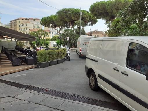 Il parcheggio selvaggio in piazza Bresca