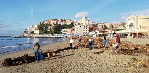 Imperia: annullato il corteo di 'Fridays for Future', gruppo di studenti decide di pulire la spiaggia d'oro (Foto)