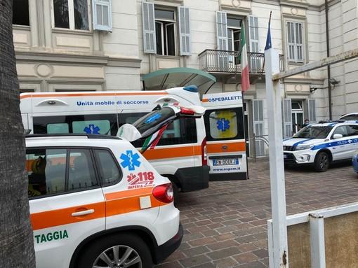 Sanremo: donna dà in escandescenze di fronte al Palafiori, fermata dalla Polizia e dalla Municipale (Foto)