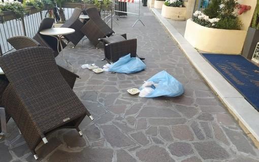 Ribellione nei due alberghi in 'quarantena' da Coronavirus ad Alassio: pasti lanciati fuori dalla porta (Foto)