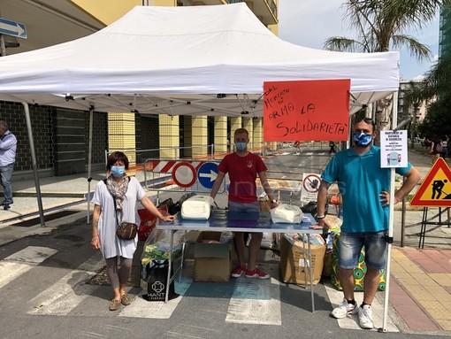 Al mercato di Arma di Taggia scatta gara di solidarietà per le famiglie coinvolte nell'incendio di piazza Spinola (foto e video)
