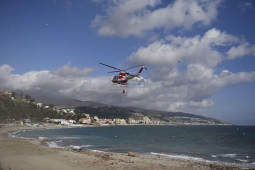 Riprese all'alba le ricerche dell'82enne disperso in mare da ieri: Capitaneria e Vigili del Fuoco in azione tra Sanremo e Bordighera