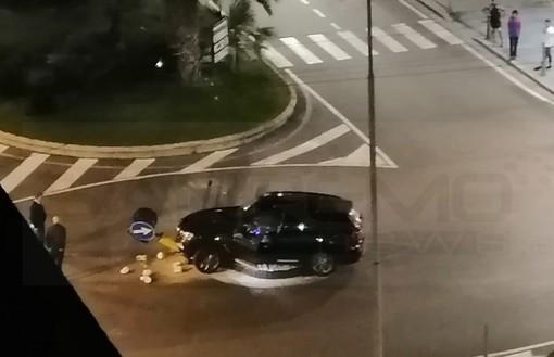 Sanremo: piccolo incidente nella notte, spartitraffico tra corso Mombello e via Roma nuovamente distrutto (Foto)