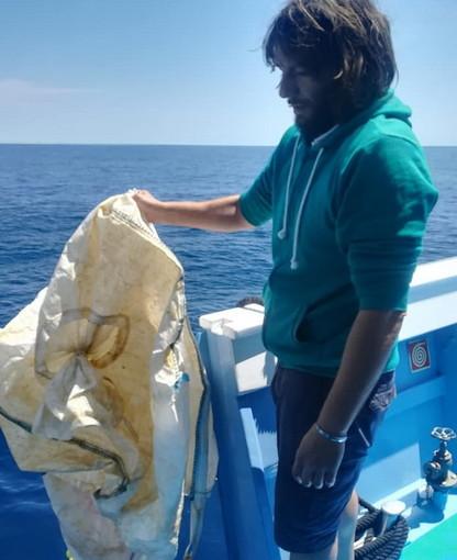 Imperia: grossi sacchi pericolosi per le tartarughe trovati in mare da 'Whalewatch Imperia' (Foto)