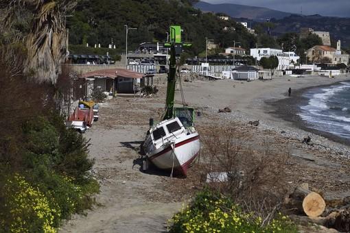 La barca di Marino Storchi si era arenata sulla spiaggia di Bussana