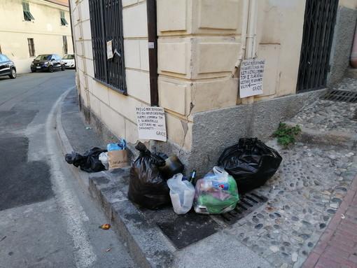 Sanremo: conferimento di rifiuti selvaggio in piazza San Bernardo, la nuova segnalazione di una lettrice (Foto)