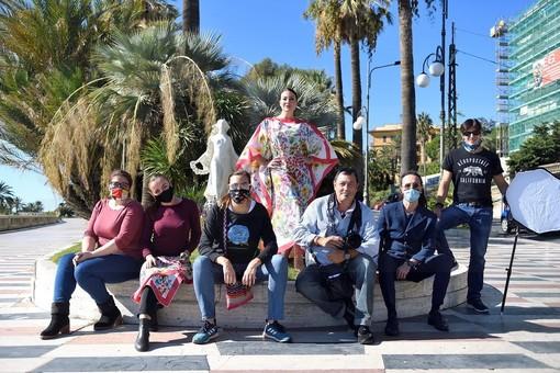 Shooting fotografici con lo sfondo di Sanremo: Daphne promuove i prodotti ma anche la città dei fiori (Foto)