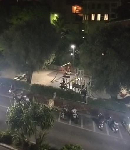 Bordighera: urla, musica ad alto volume e schiamazzi dai giardini di corso Italia, residenti esasperati (Foto e Video)
