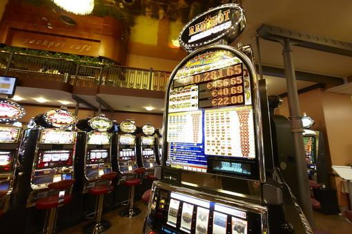 Sanremo: scassinata una slot machine nella sala fumatori del Casinò, ladri ripresi dalle telecamere