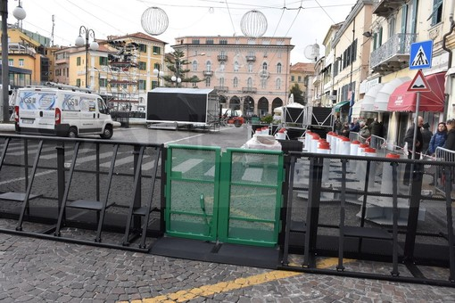 Sanremo: una schiera di barriere antipanico per delimitare la zona palco e il red carpet di via Matteotti (Video)