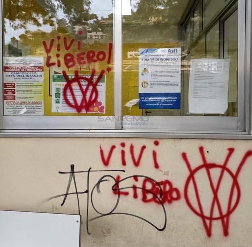 Le scritte all'ingresso del distretto sanitario