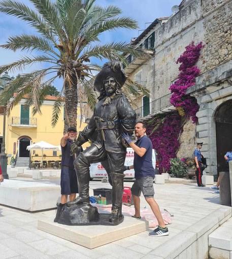 I lavori per l'installazione della statua del Corsaro Nero