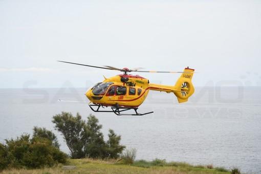 Bordighera: mette in salvo due persone e si sente male, bagnino trasportato in elicottero al Santa Corona di Pietra Ligure