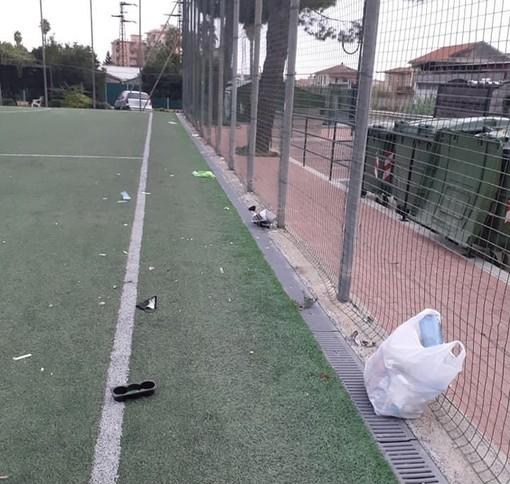 Vallecrosia: rifiuti al campetto delle Garibbe, dopo le segnalazioni i ragazzi intervengono dopo la scuola