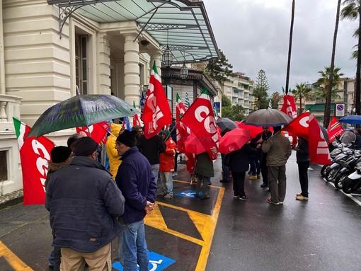 La protesta dei sindacati all'esterno di Palazzo Bellevue