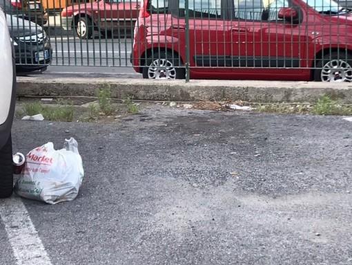 Ventimiglia: scarsa pulizia al parcheggio della palestra ex Gil, la protesta e le foto di un lettore