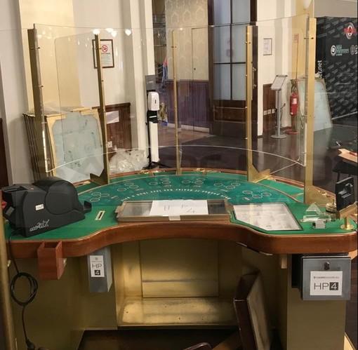 Uno dei tavoli al Casinò di Sanremo con le protezioni anti Covid