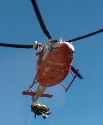Ventimiglia: tratto in salvo con l'elicottero il migrante che chiedeva aiuto stamattina a La Mortola