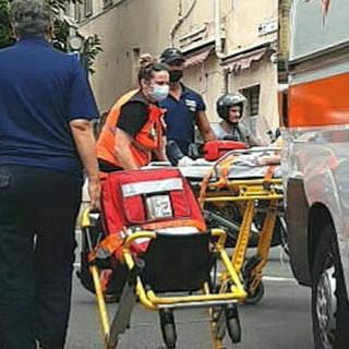 Sanremo: donna in crisi respiratoria al mercato, soccorsi del 118 e della Municipale (Foto)