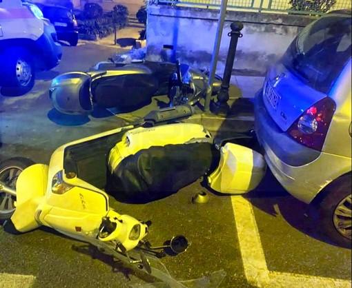 Sanremo: non si fermano all'alt della Polizia che li insegue in via Martiri, dove cadono dallo scooter (Foto)
