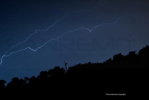 La foto del temporale di stanotte (Tonino Bonomo). Sotto i danni in via Agnesi ad Imperia