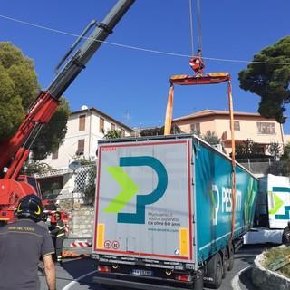 Sanremo: riaperta poco prima delle 13 via Val D'Olivi bloccata stamattina da un mezzo pesante (Foto e Video)